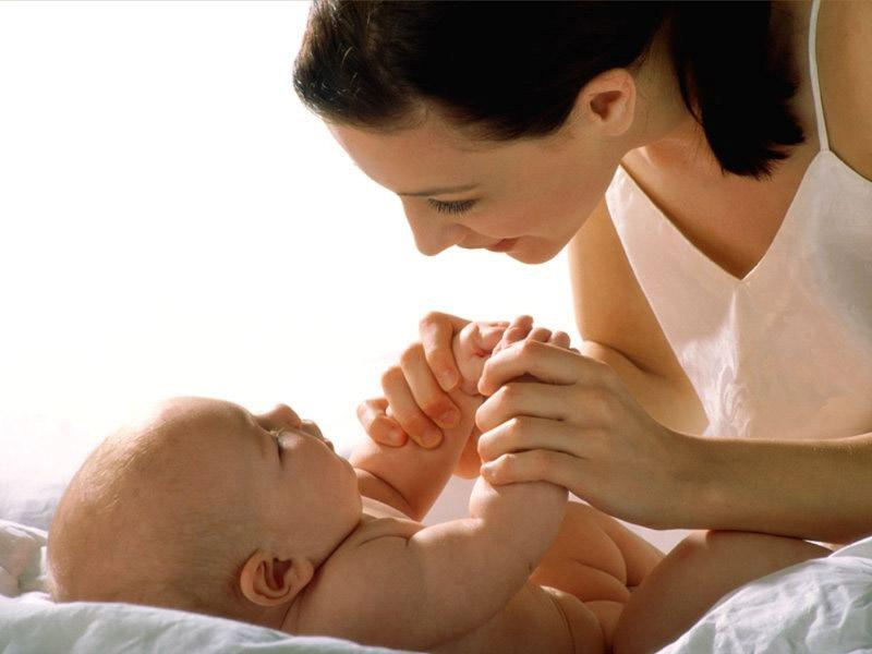 Mit határoz meg a szülők nyelvhasználata a csecsemőjükkel?